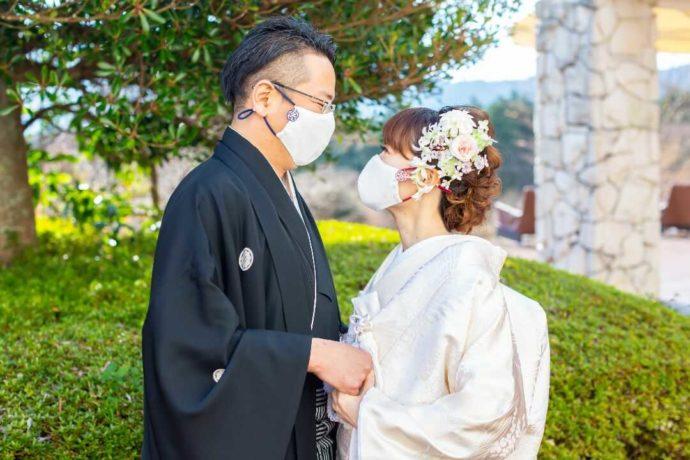 湘南プレミアムWeddingで感染症対策をしながら挙式するカップル