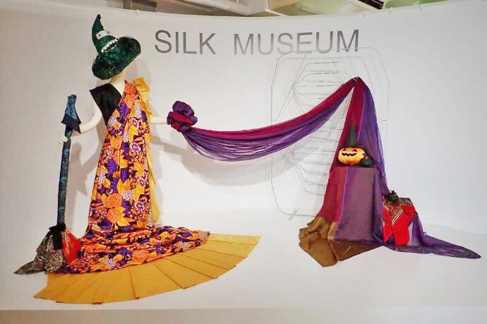 シルク博物館の円形ステージでは季節ごとのディスプレイで記念写真が撮れる