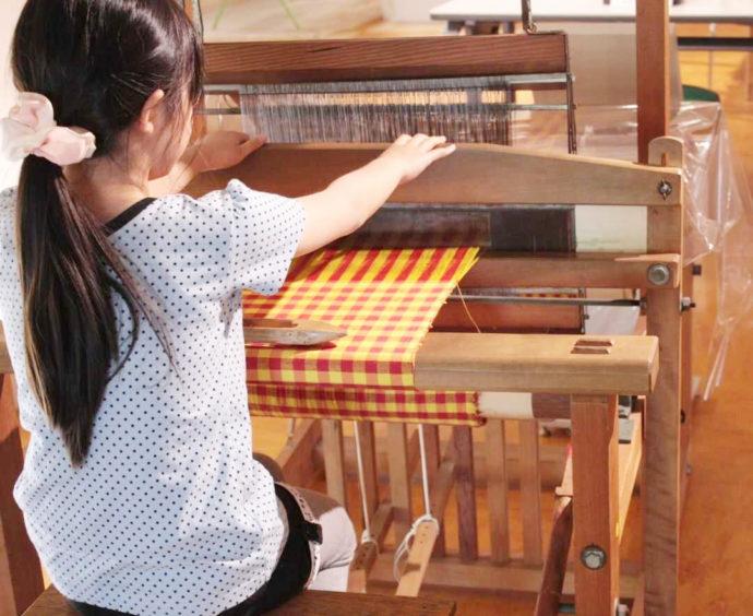 シルク博物館の機織り体験