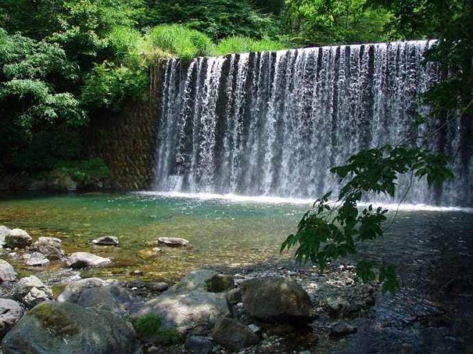 ベリーパークinフィッシュオン!鹿留で眺める川と滝の様子