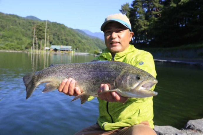 ベリーパークinフィッシュオン!鹿留で大きな魚を釣り上げた直後の様子