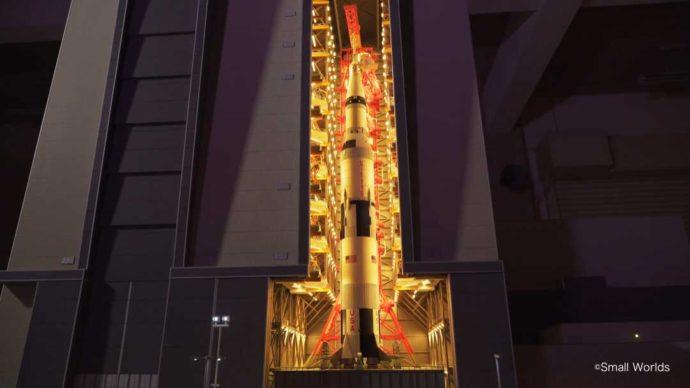 スモールワールズの宇宙センターエリアのサターンV型ロケット