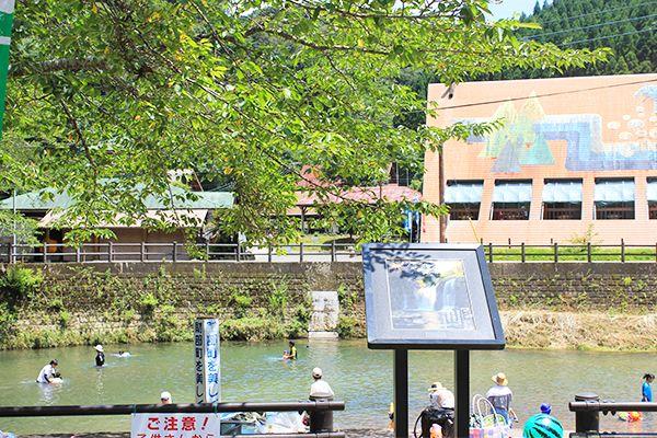 キャンプ場に沿って流れる大淀川の一部を区切ってつくられた河川プール