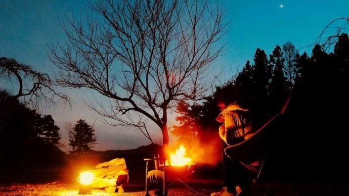 「星の降る森」で焚き火を楽しむカップル