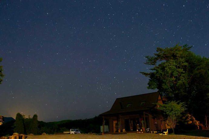 「星の降る森」の受付と夜空
