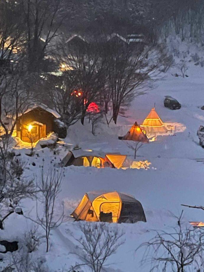 「星の降る森」の雪の日のキャンプ