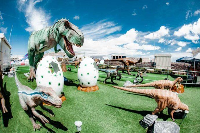 ステムリゾート ダイナソーミュージアムで様々な恐竜と卵が展示されている様子