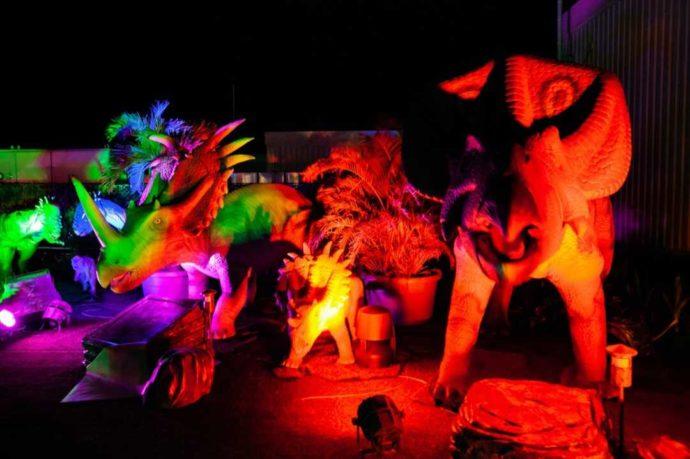 ステムリゾート ダイナソーミュージアムの恐竜がライトアップされている様子