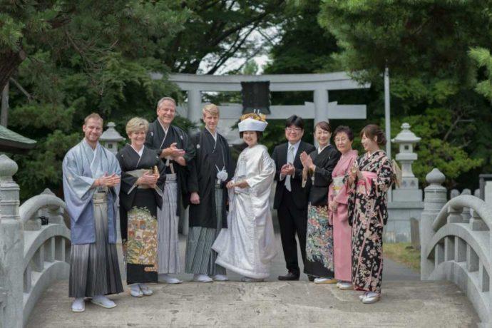 亀田八幡宮の太鼓橋で鳥居を背景に両家そろって撮影した記念写真