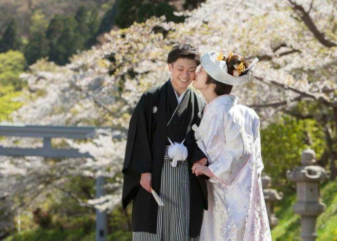 桜の時期に撮った和装でのロケーションウェディングフォト
