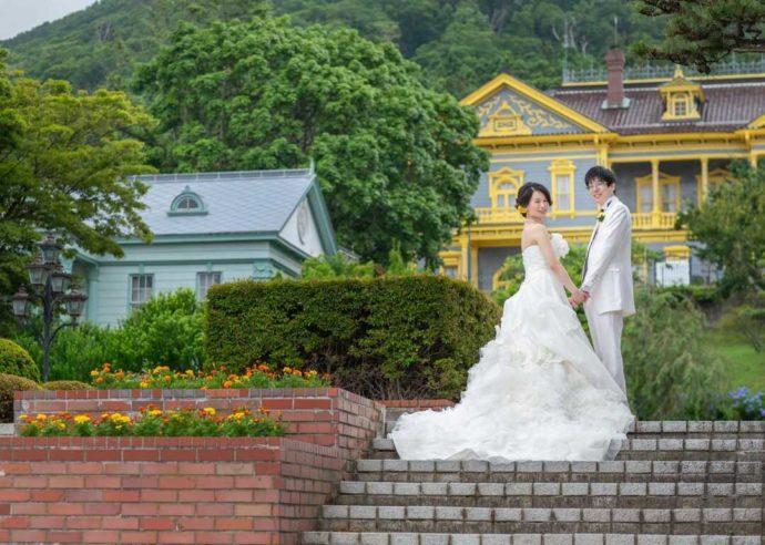 函館公会堂を背景に撮影した洋装でのウェディングフォト