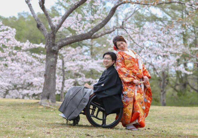 函館市の隣に位置する北斗市の公園で桜の時期に撮影した和装のウェディングフォト