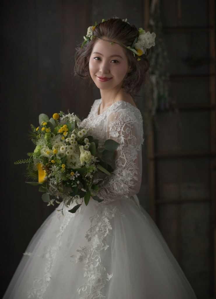 ウェディングドレスを着た新婦の写真