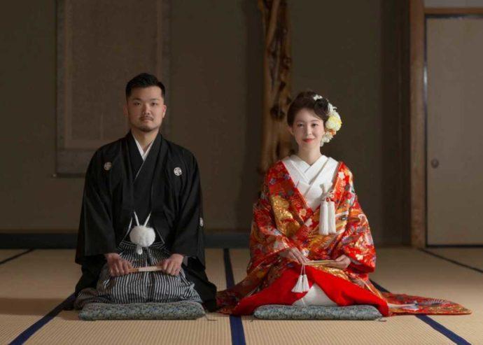 亀田八幡宮の和室で撮影した色打掛でのウェディングフォト