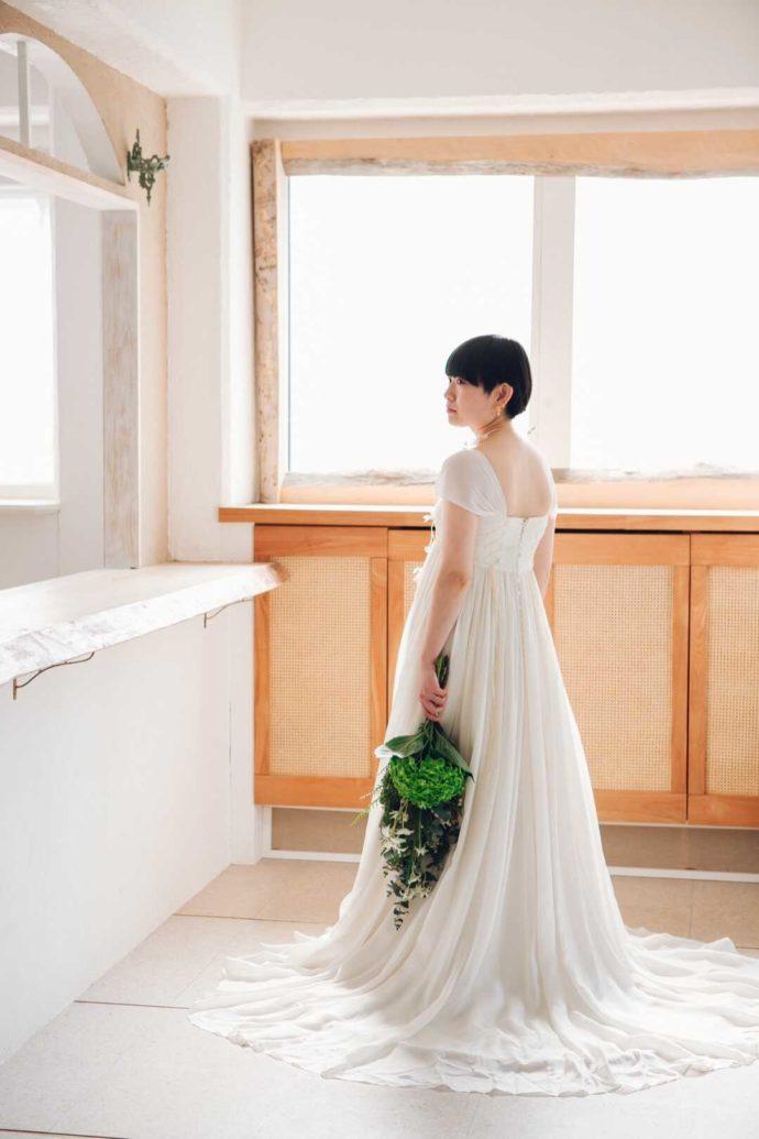 Irodori studioスタジオ内ブーケを持ってポーズをとる花嫁
