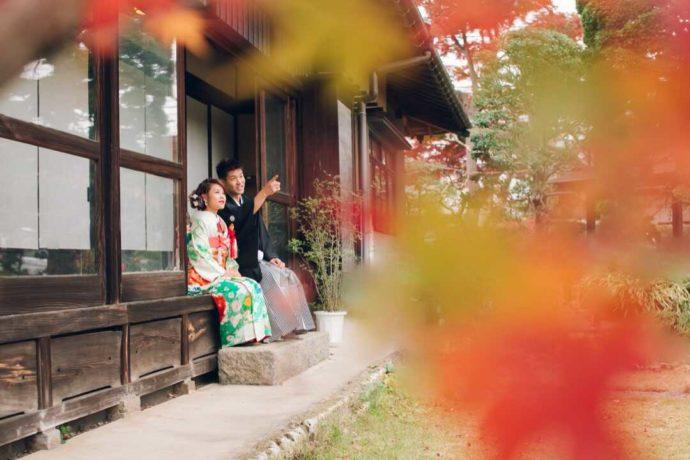 和装姿で縁側に座り庭園を眺める花嫁花婿