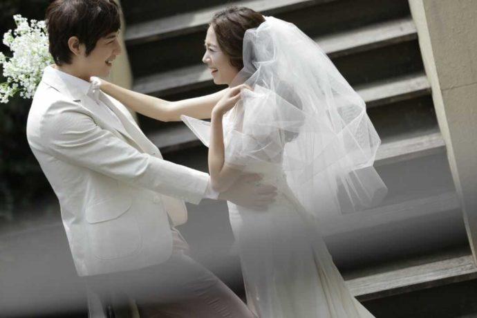 LUXEで純白のドレスとタキシードを着る新郎新婦