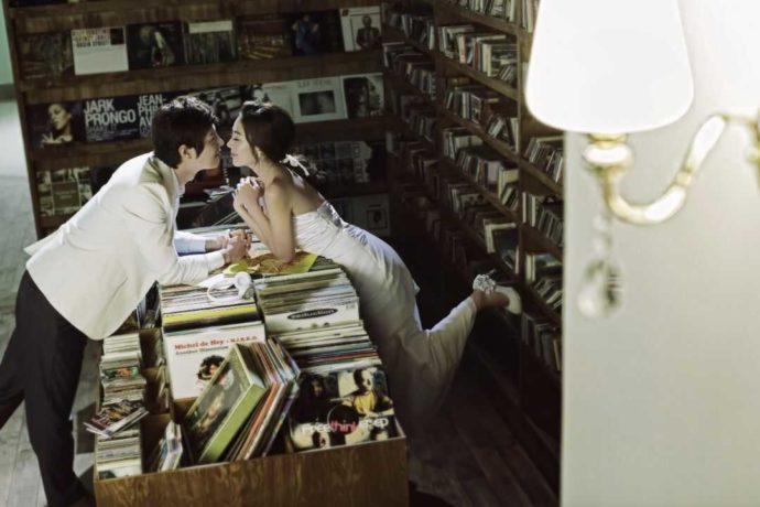 LUXEのセットでおしゃれなレコードに囲まれて写真を撮る新郎新婦