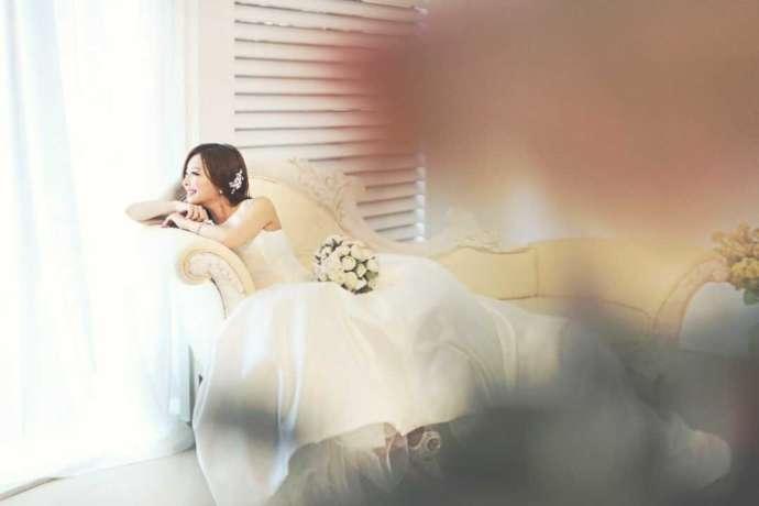 リラックスした雰囲気で写真撮影をする花嫁