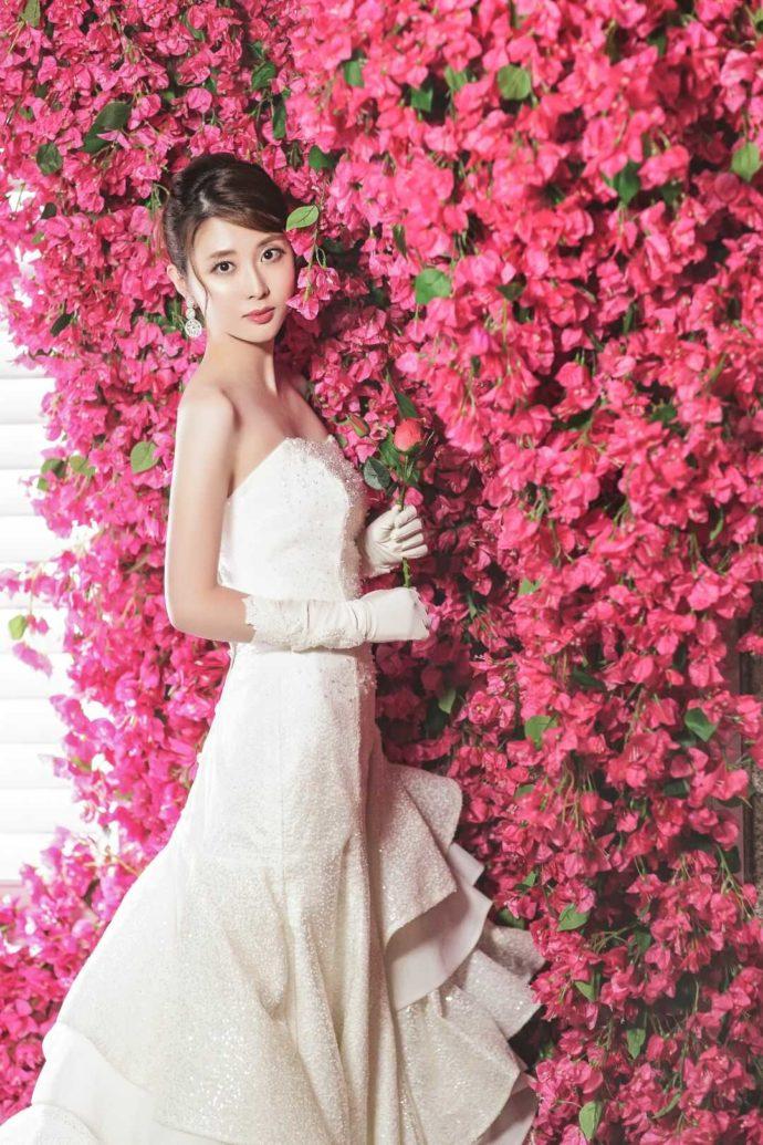 ロマンティックなお花いっぱいのウェディングフォトを撮る花嫁
