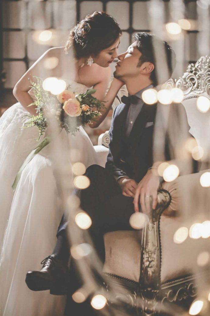 ロマンチックで幻想的な光の中でよりそう新郎新婦