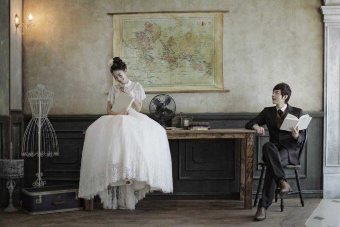アンティークな雰囲気の部屋でも結婚写真を撮ることができる