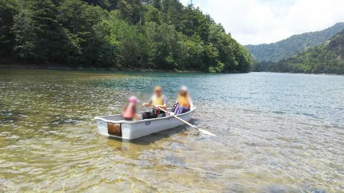 菅沼キャンプ村でボートを楽しむファミリー