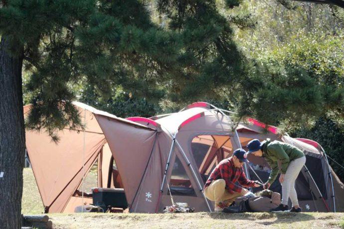 大洗サンビーチキャンプ場でキャンプの準備をする二人