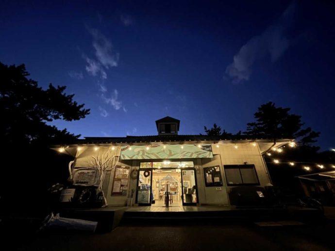 茨城県東茨城郡にある大洗サンビーチキャンプ場の管理棟と夜空