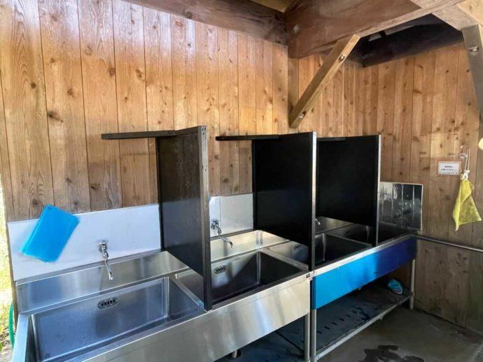 茨城県東茨城郡にある大洗サンビーチキャンプ場の屋根の炊事場