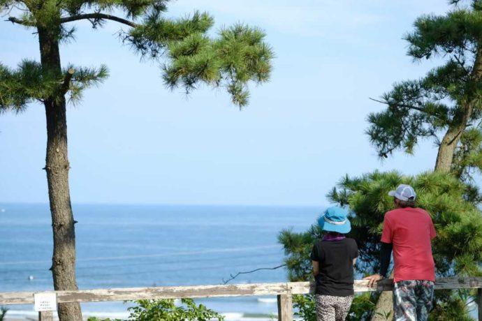 茨城県東茨城郡にある大洗サンビーチキャンプ場から海を眺める二人