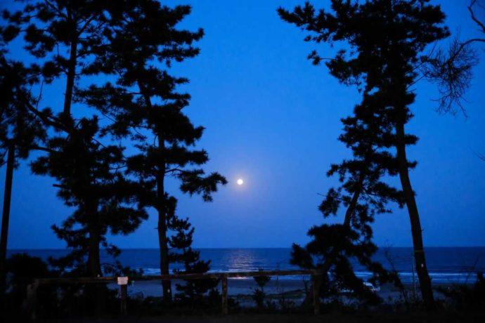 満月が海に作るムーンロードを大洗サンビーチキャンプ場から眺める