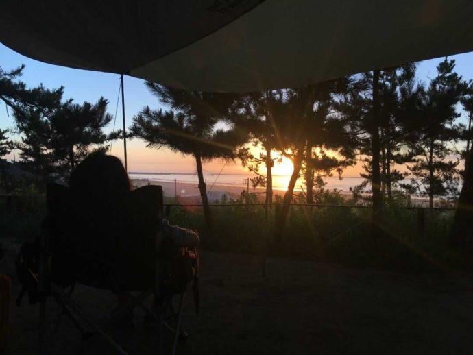 茨城県東茨城郡にある大洗サンビーチキャンプ場から朝日を眺めてくつろぐ様子