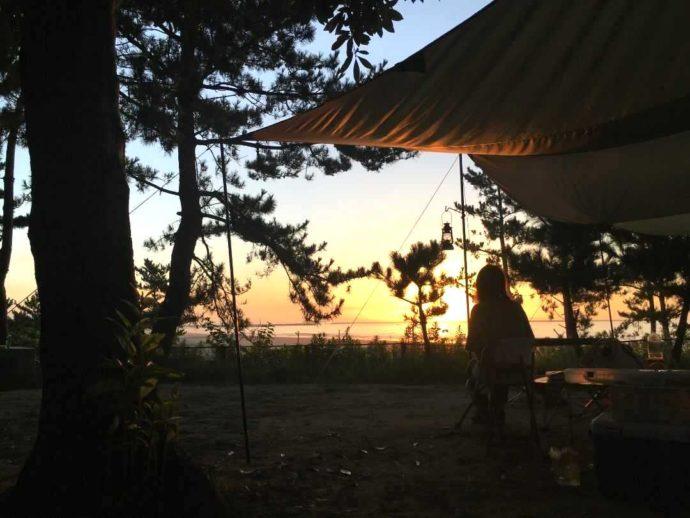 茨城県東茨城郡にある大洗サンビーチキャンプ場を照らし始める朝日