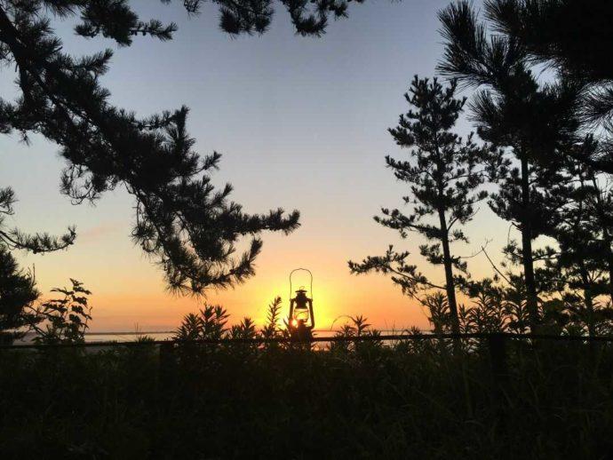 大洗サンビーチキャンプ場から眺める朝日とランタン