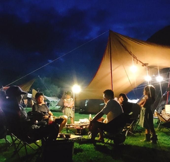 奥利根温泉サンバードキャンプガーデンで夜のキャンプを楽しむ利用者