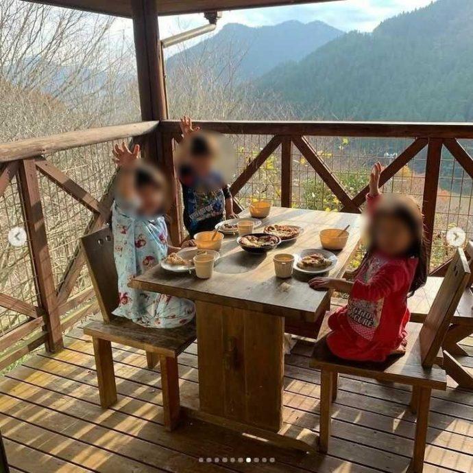 鯛生家族旅行村ケビンのウッドデッキで朝ごはん