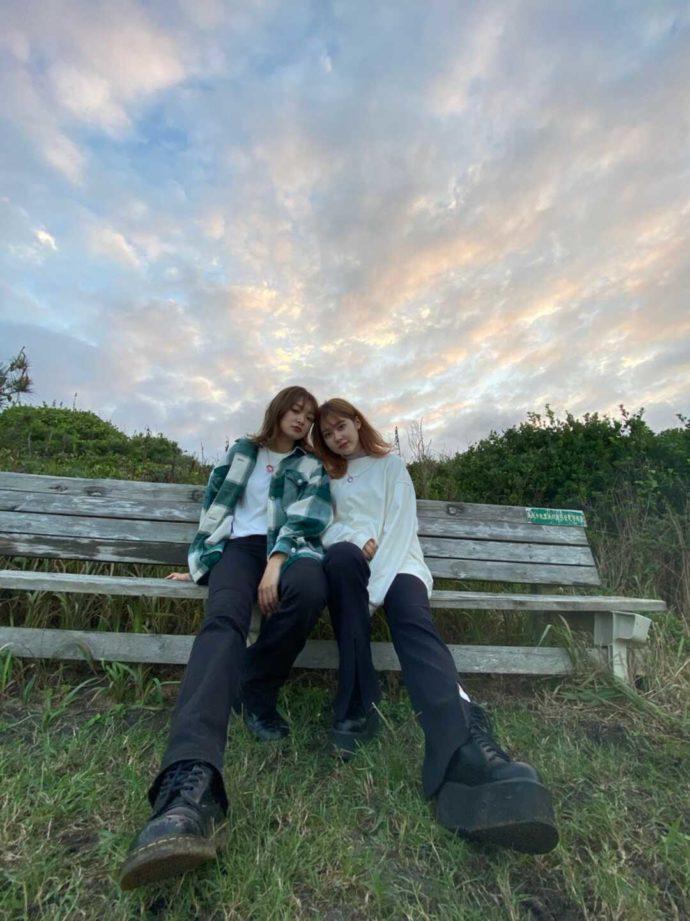 「シーサイド太東海岸バーベキュービレッジ」内にあるベンチに座る女性2人