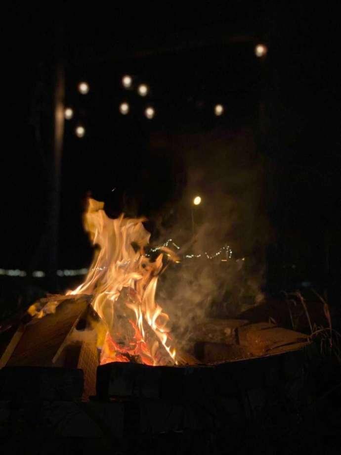 夜の暗闇の中で燃える焚き火の様子