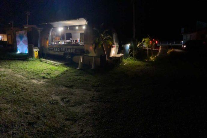 「シーサイド太東海岸バーベキュービレッジ」にある売店の夜の様子