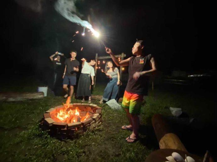 「シーサイド太東海岸バーベキュービレッジ」で夜にキャンプファイヤーと花火を楽しむ男女数名