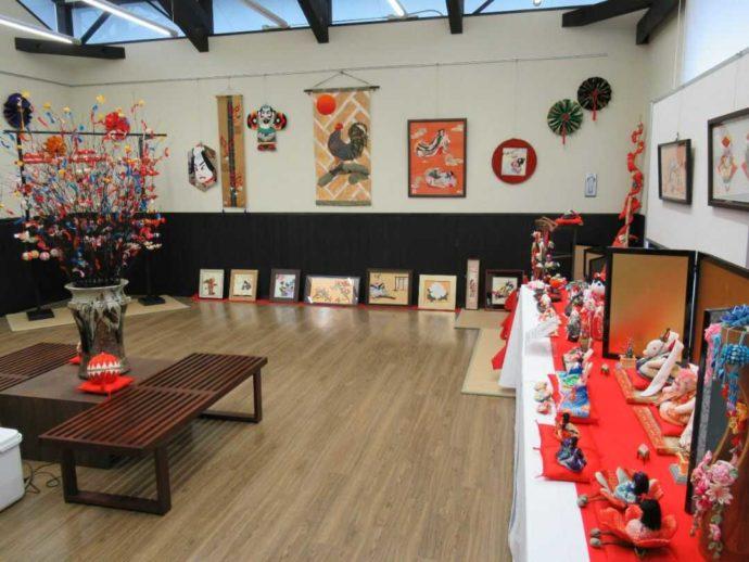 髙倉勝子美術館桜小路の多目的室で開催された布細工展の雛人形など