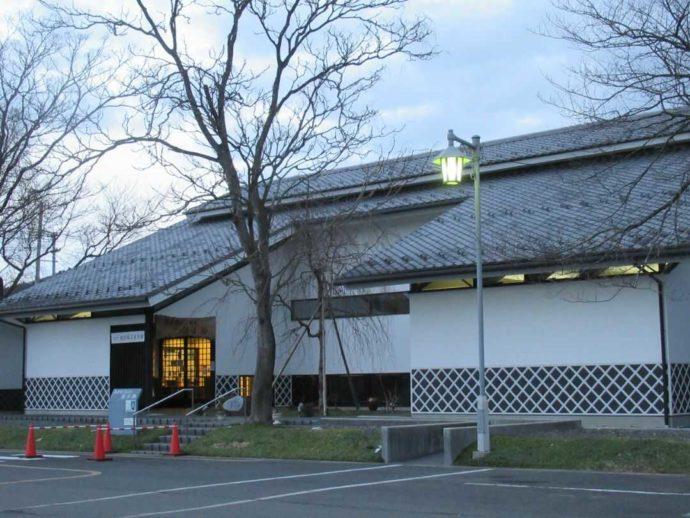 宮城県登米市にある髙倉勝子美術館桜小路の夜の外観風景