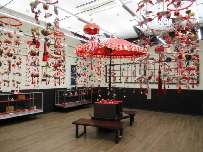 髙倉勝子美術館桜小路の多目的室で展示された吊るし飾り