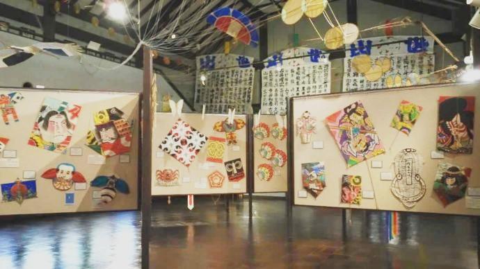 大小さまざまな凧が展示されている五十崎凧博物館の展示室