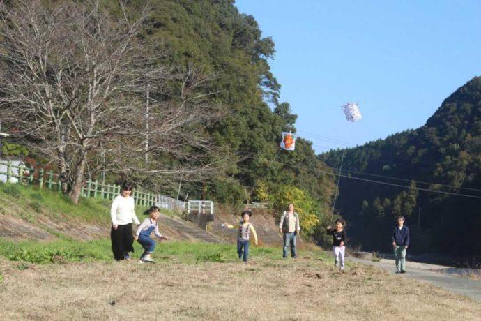 五十崎凧博物館の近くで凧あげ体験に参加する家族