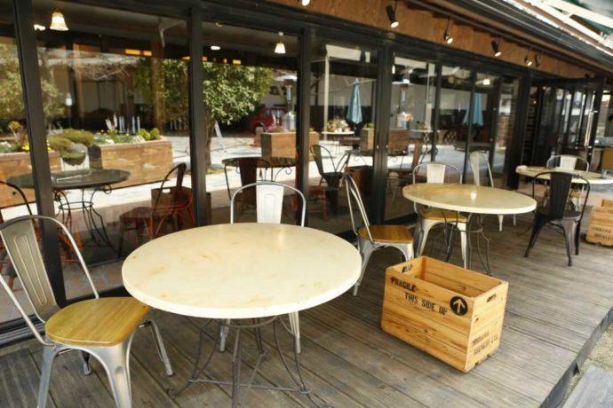 開放的な雰囲気漂う福生のビール小屋のテラス席