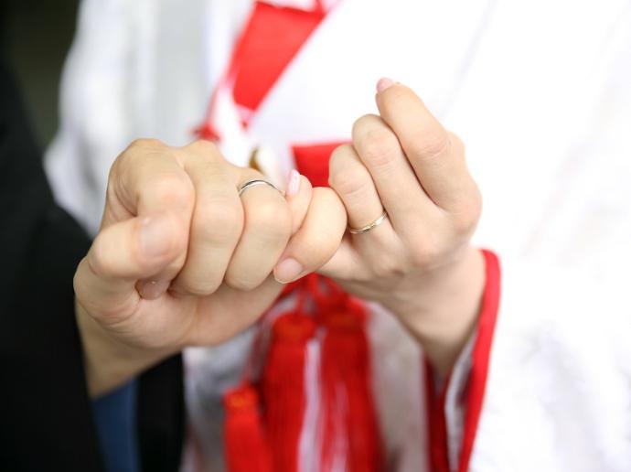 料亭玉家の和婚で指を結ぶ新郎新婦
