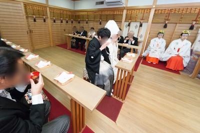太郎坊宮では年間何組くらい神前結婚式が行われますか