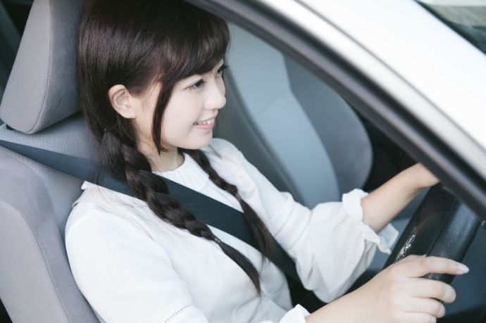 自家用車での移動で「生活に必要な行動(通勤や買い物)」を自粛しているイメージ
